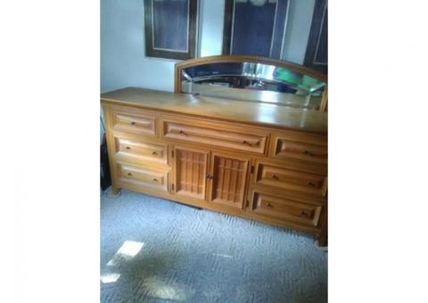 Thomasville dresser with leaded glass mirror